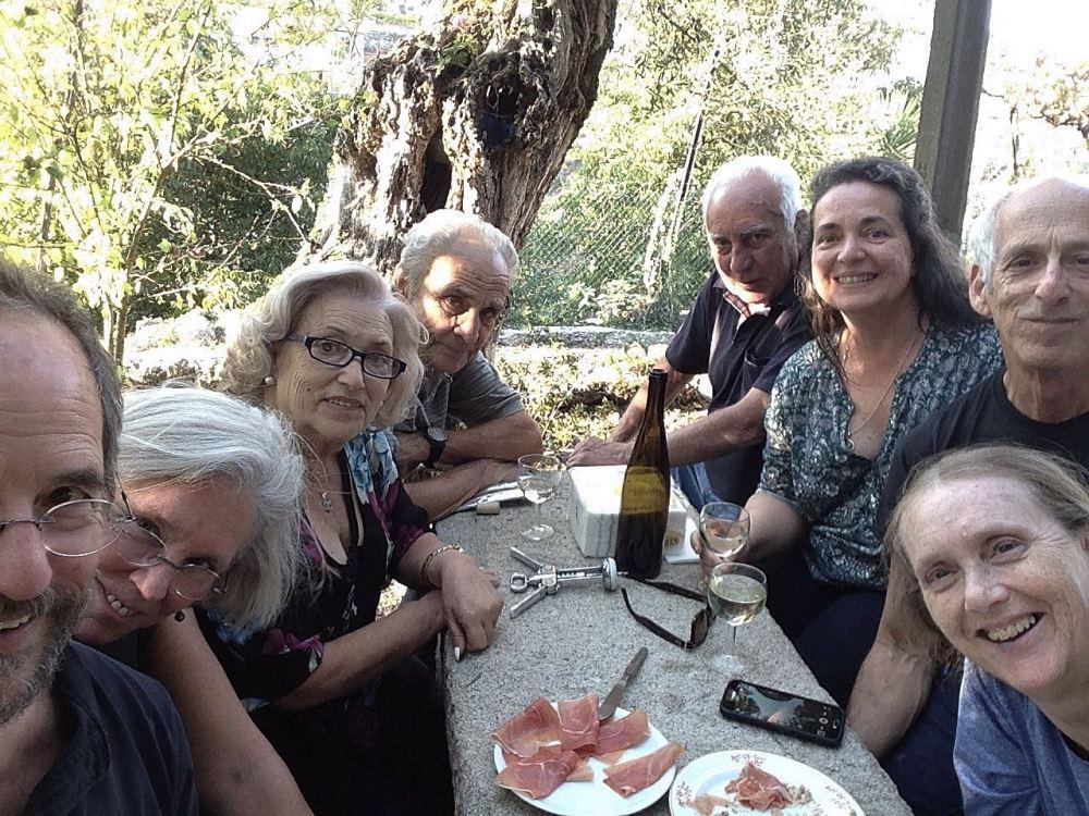 amigos na mesa de pedra